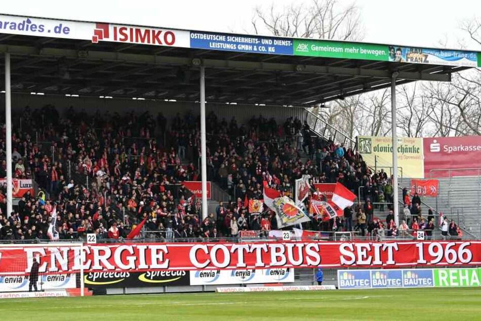 Während des Cottbus-Spiels gegen Preußen Münster wurde ein umstrittenes Banner aufgehängt.