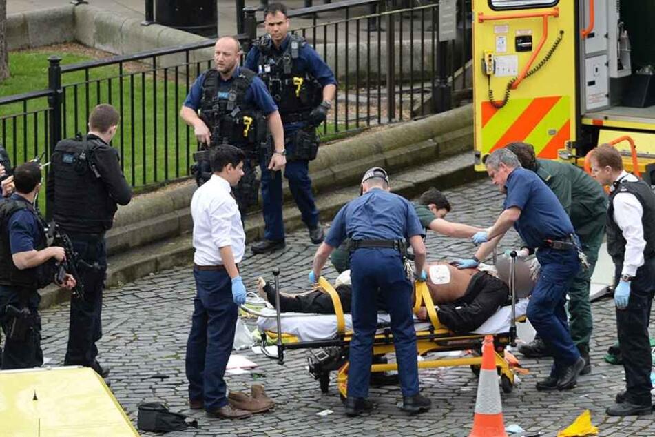 Der schwerverletzte Täter wird von Rettungskräften versorgt. Er stirbt kurz darauf an seinen Schussverletzungen.
