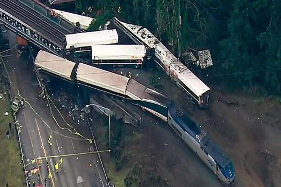 Bilder des Grauens: Der Zug entgleiste bei voller Fahrt.