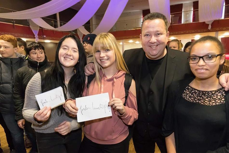 Die Schülerinnen Luisa (16), Anna (16) und Lourdes (17) fanden Sebastian Krumbiegel (51) klasse. Zum Schluss gab`s Autogramme.