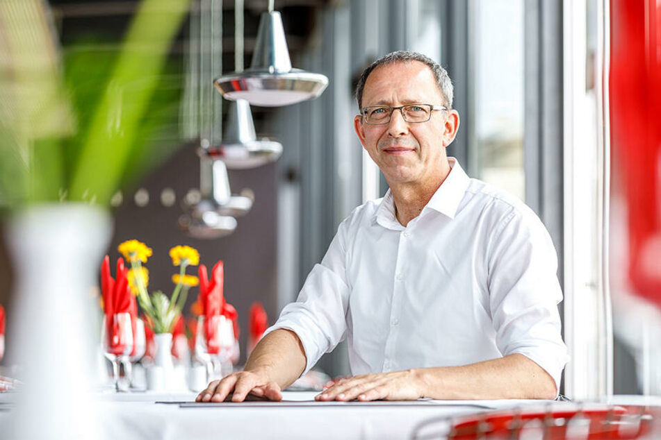 Der gelernte Wasserbauingenieur Jörg Urban (54) ist AfD- Fraktionsvorsitzender im Sächsischen Landtag und Stadtrat in Dresden. Urban ist gebürtiger Meißener, lebt seit 1986 in Dresden. Er ist verheiratet und hat drei Kinder.
