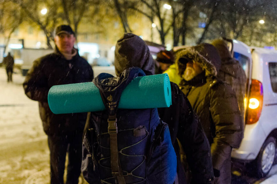 Die freiwilligen Helfer vom Kältebus geben warmes Essen und Getränke aus.
