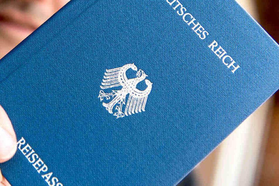 Reichsbürger erkennen die BRD nicht an, basteln sich ihre eigenen Reisepässe.