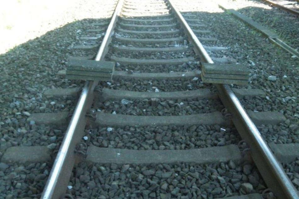 Gefährlicher Anschlag auf Regionalzug: Täter legen Betonplatten auf Gleise!