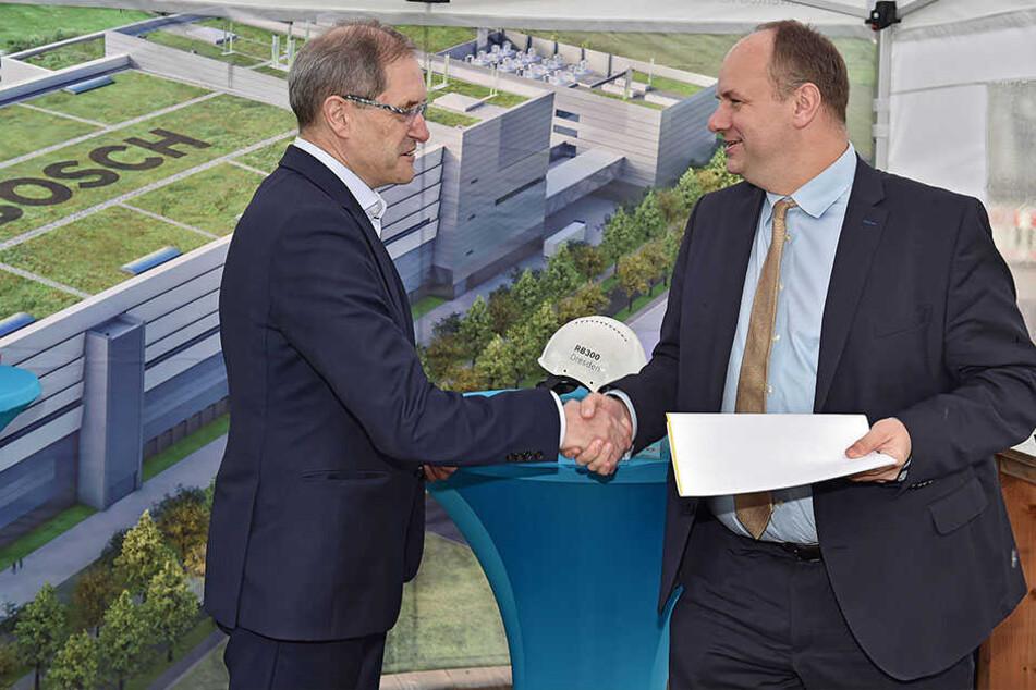 Standortsicherheit für Bosch: Werksleiter Otto Graf nahm am gestrigen Donnerstag die letzte Teilbaugenehmigung von OB Dirk Hilbert (47, FDP) entgegen.