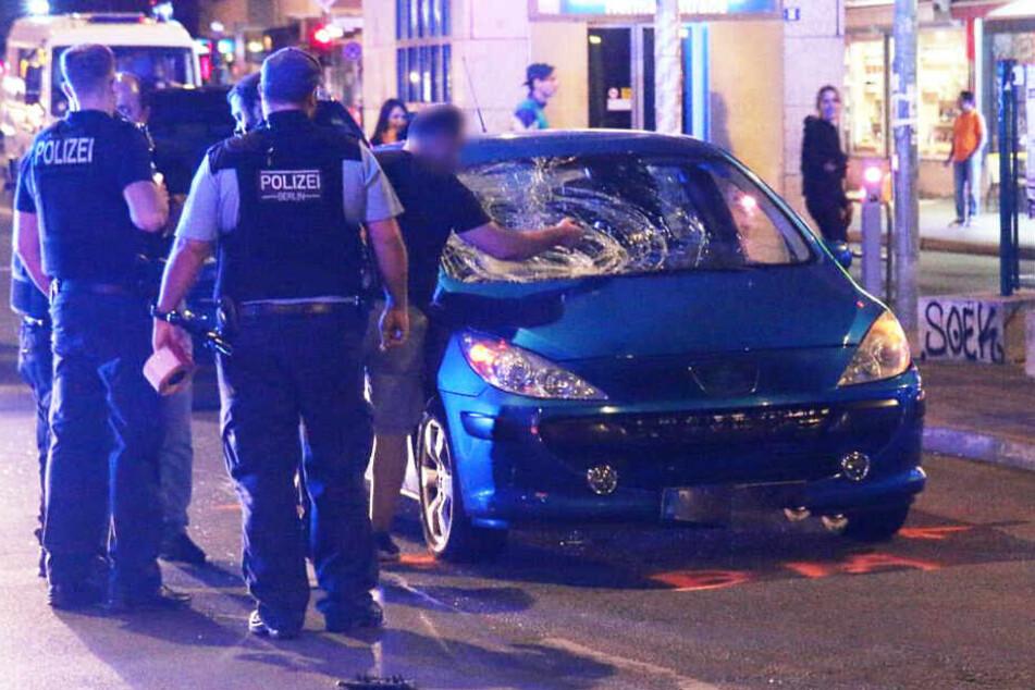 Polizisten stehen am Unfallort.