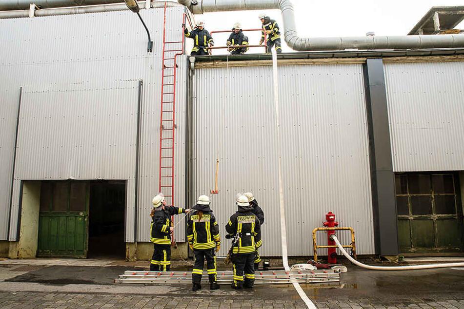 Die Feuerwehr muss das Flachdach der Halle öffnen.