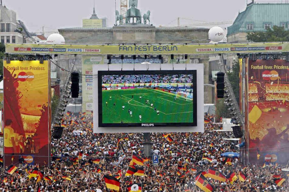 Ohne deutsche Mannschaft im Turnier ist nicht mehr so viel los auf der Berliner Fanmeile, wie noch hier.
