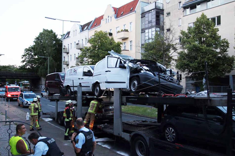 Der weiße Mercedes-Transporter wurde durch die Kollision mit der Brücke auf der oberen Ladefläche komplett nach hinten geschoben.