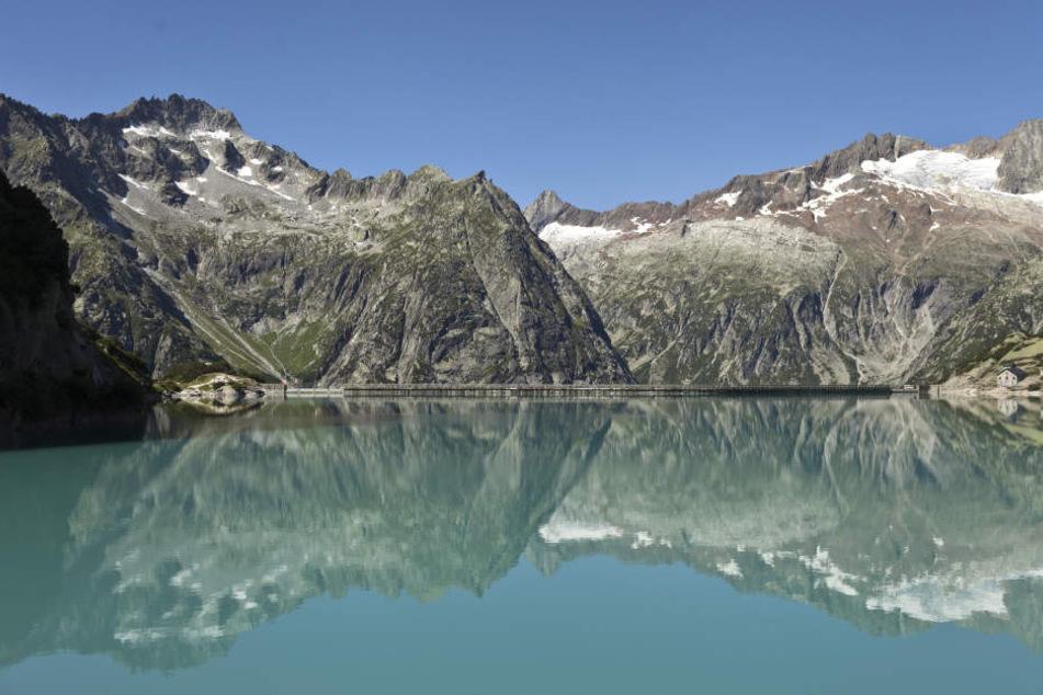 In den Schweizer Alpen wurden bei einem Steinschlag sechs Menschen verletzt.