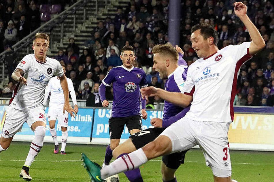Pascal Köpke (2.vr.) im letzten Heimspiel gegen Nürnberg im November 2016. Er behauptet den Ball vor Even Hovland - trotzdem verlor Aue mit 1:2.