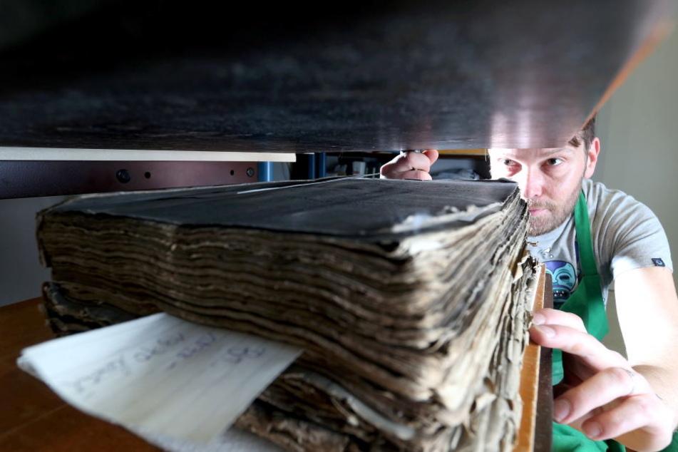 Nino Kämpf ist der Buchbinder vom Stadtarchiv. Er hegt und pflegt die alten Schätze.