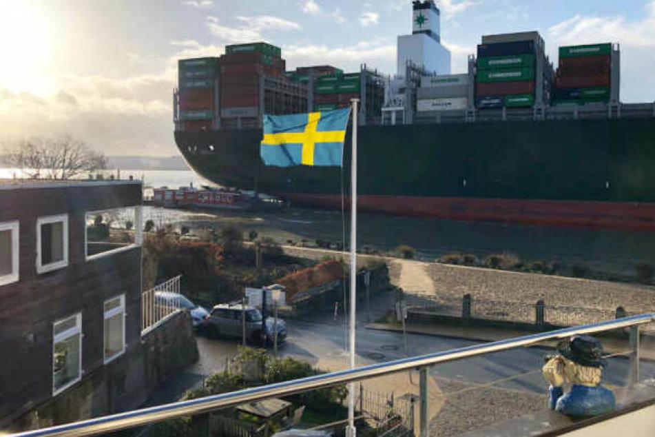 Das Containerschiff rammt im Vorbeifahren die Fähre am Anleger.