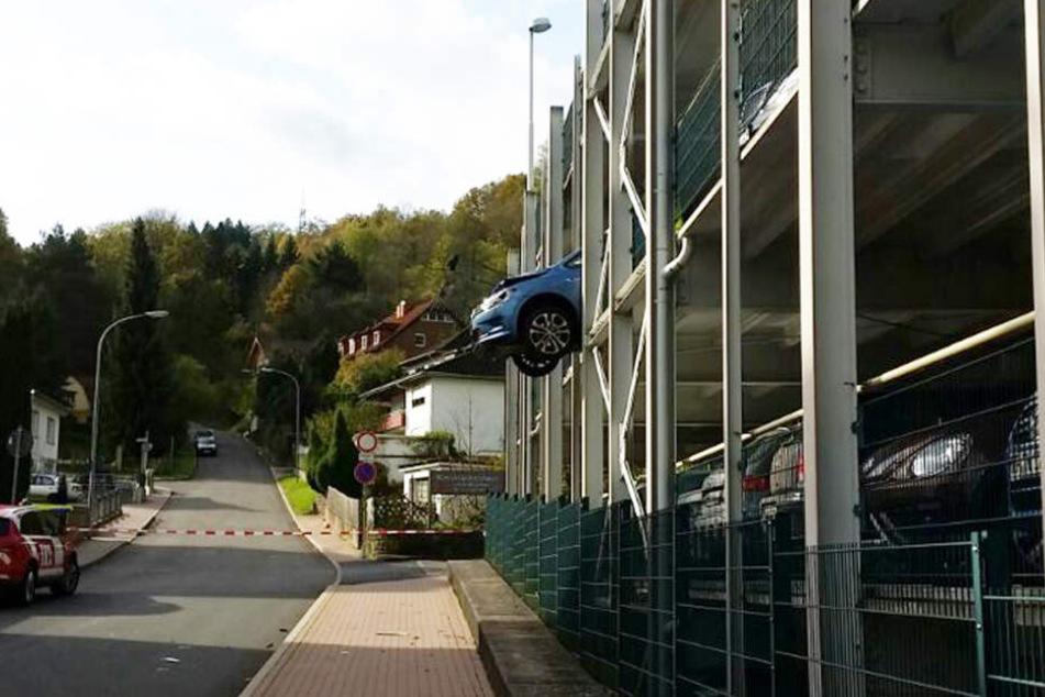 Eingeparkt mit Ausblick hat eine Frau bei Bad Hersfeld.