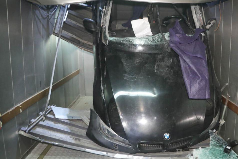 Schlimmer Unfall in Dresden: Frau rast mit Auto in Parkhaus und stürzt meterweit in die Tiefe!