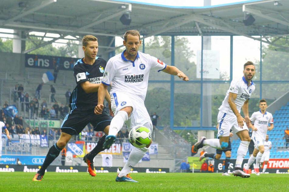 Anton Fink schirmt den Ball ab. Der Ex-CFC-Torjäger erfreute sich bei seiner Rückkehr einer stetigen Bewachung - wie hier durch Marcus Mlynikowski.