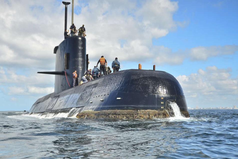 Rettungskräfte haben am Montag die Suche nach dem U-Boot ausgeweitet.