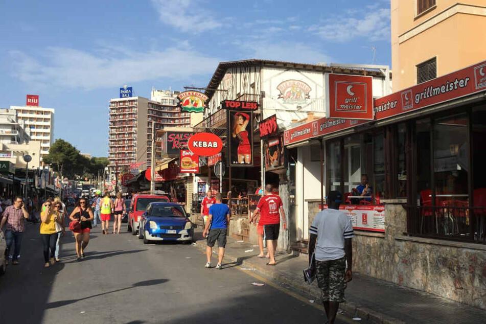 """Blick auf Carrer Pare Bartomeu Salva, die berühmte sogenannte """"Schinkenstraße""""."""