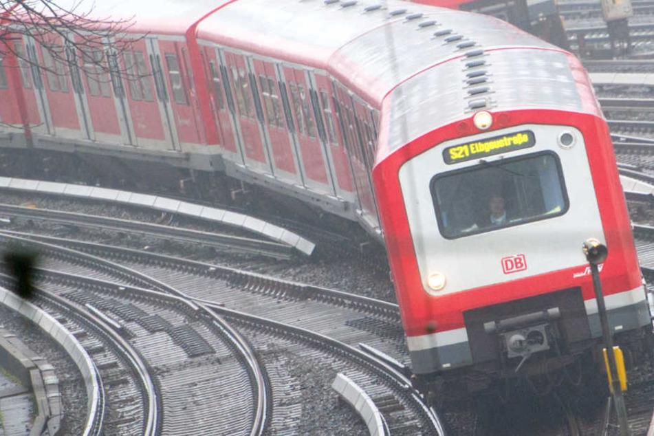 Mann grabscht Frau an den Busen: Sexuelle Belästigung in der S-Bahn