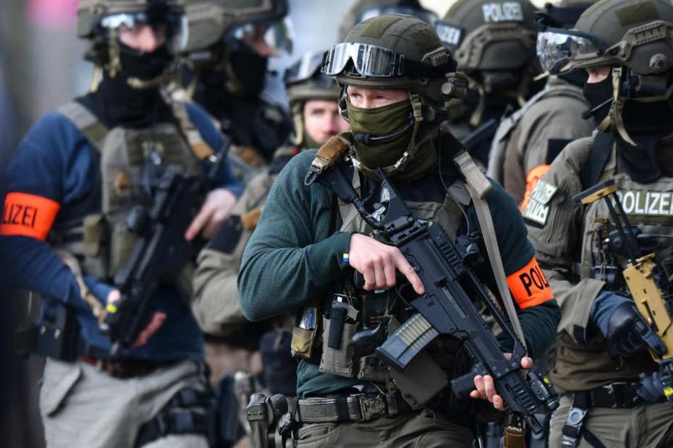 SEK-Einsatz! Mann will Nachbar wegen Lärm zur Rede stellen, der zieht eine Waffe