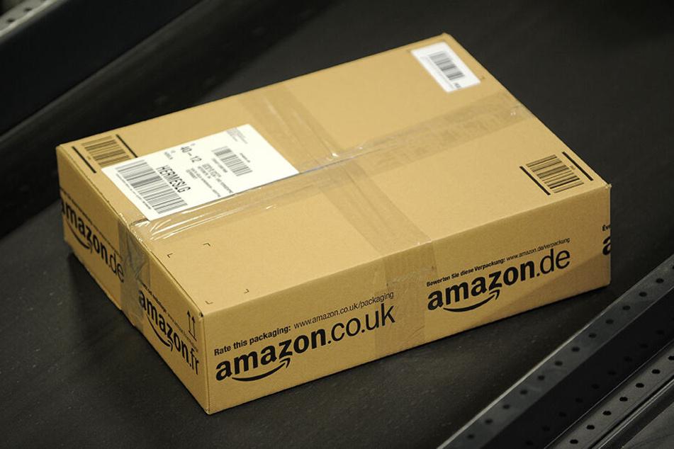 Ist das die Zukunft? Der Online-Versandhändler Amazon lässt einen Gehweg-Roboter Pakete ausliefern.