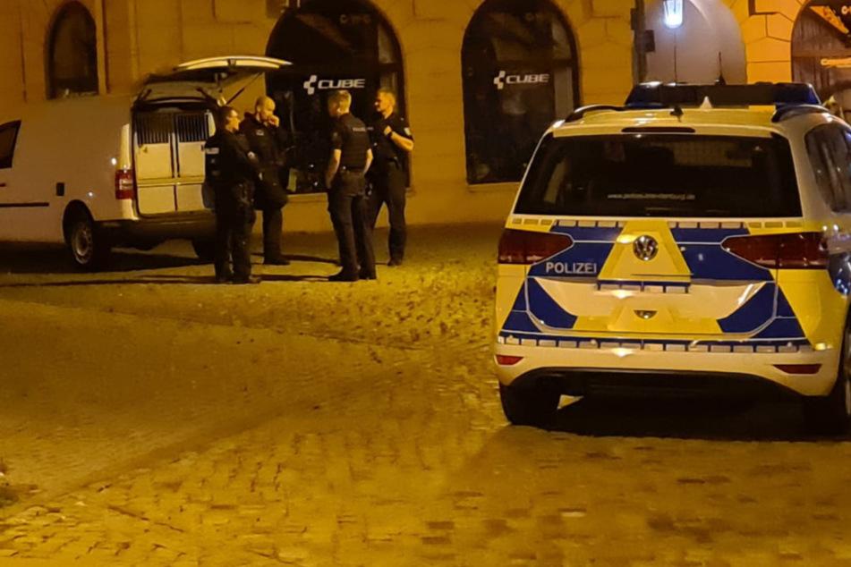 Polizisten besprechen die Vorgehensweise.