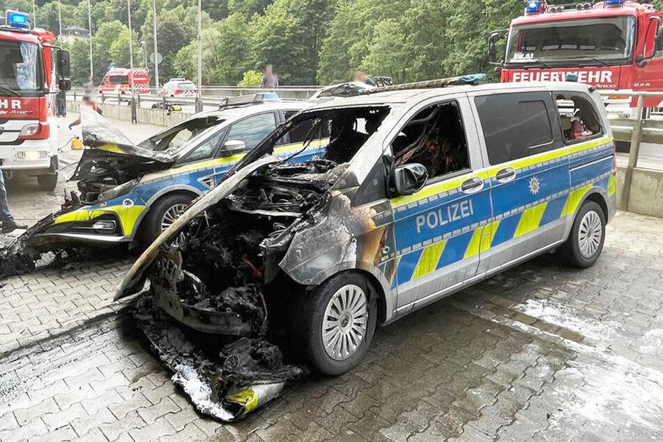 Zweimal Totalschaden! Am Freitagmittag wurden diese Streifenwagen der Polizei im Märkischen Kreis abgefackelt.