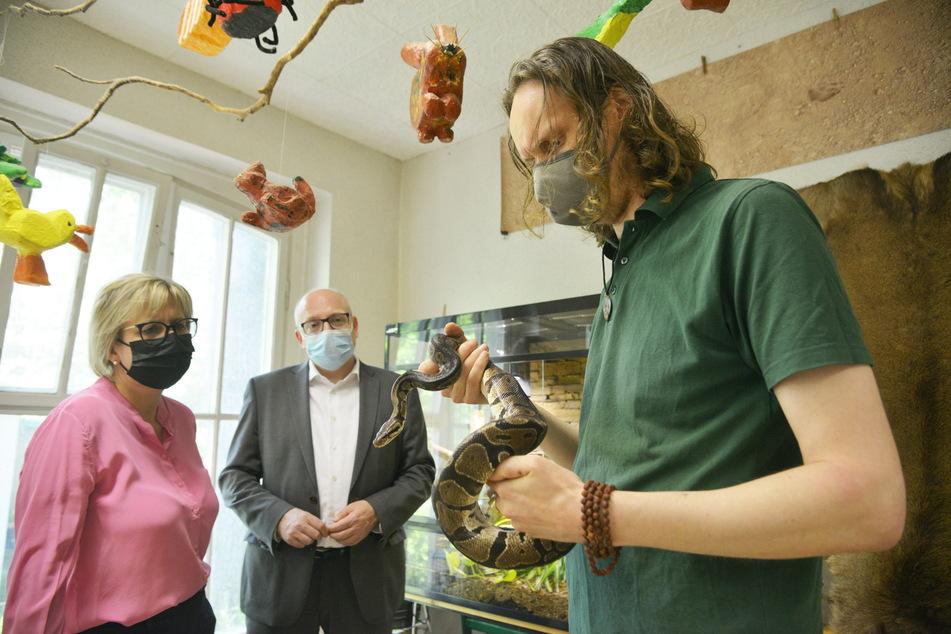Beim Besuch von Tourismusministerin Barbara Klepsch (55, CDU) gab Tierpark-Pädagoge Jan Klösters (37, r.) eine Unterrichtskostprobe mit der Königs-Python. Da staunte sogar Oberbürgermeister Sven Schulze (49, SPD).