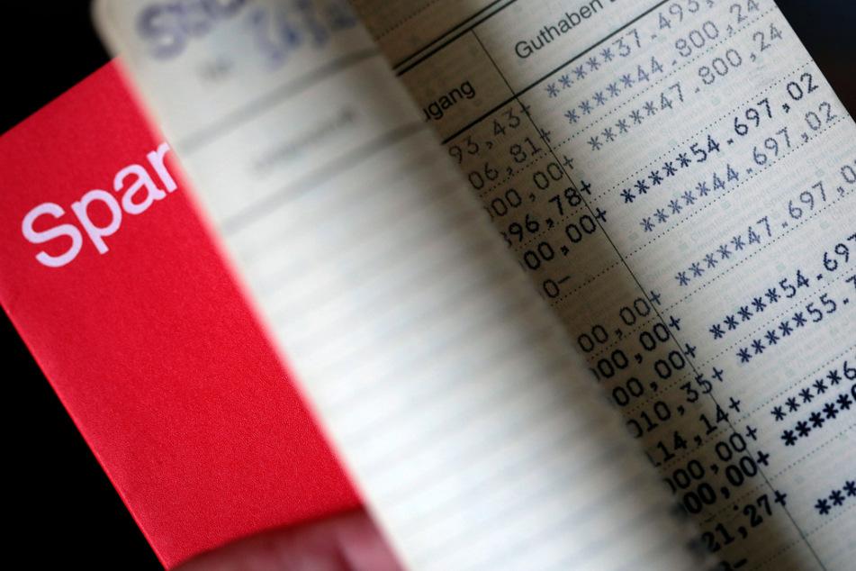 Die Zinsen auf dem Sparbuch sind längst gestrichen worden. (Archivbild)
