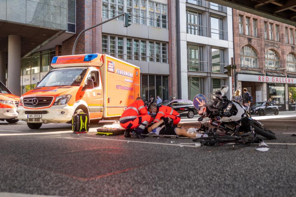 Die Rettungskräfte versorgen einen Verletzten vor Ort.