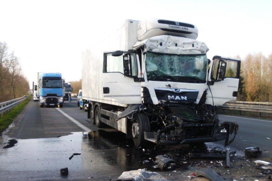 Lastwagen rast in Stauende: Fahrer in Lebensgefahr