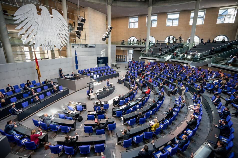 Die Parlamentarier halten bei der 154. Sitzung des Bundestages am 25. März 2020 Sicherheitsabstand.