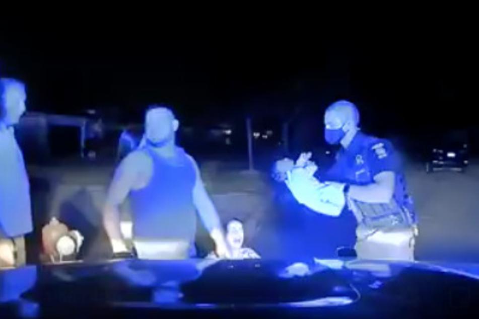Video: Polizist rettet einem Säugling das Leben