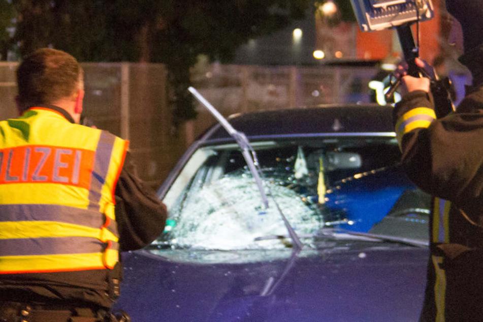 Die Unfallstelle sowie der Unfallwagen wurde genauestens untersucht und ausgeleuchtet.