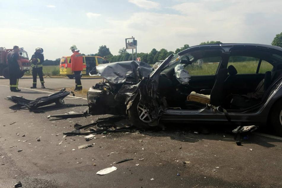 Bei dem Unfall rasten zwei Autos frontal zusammen.