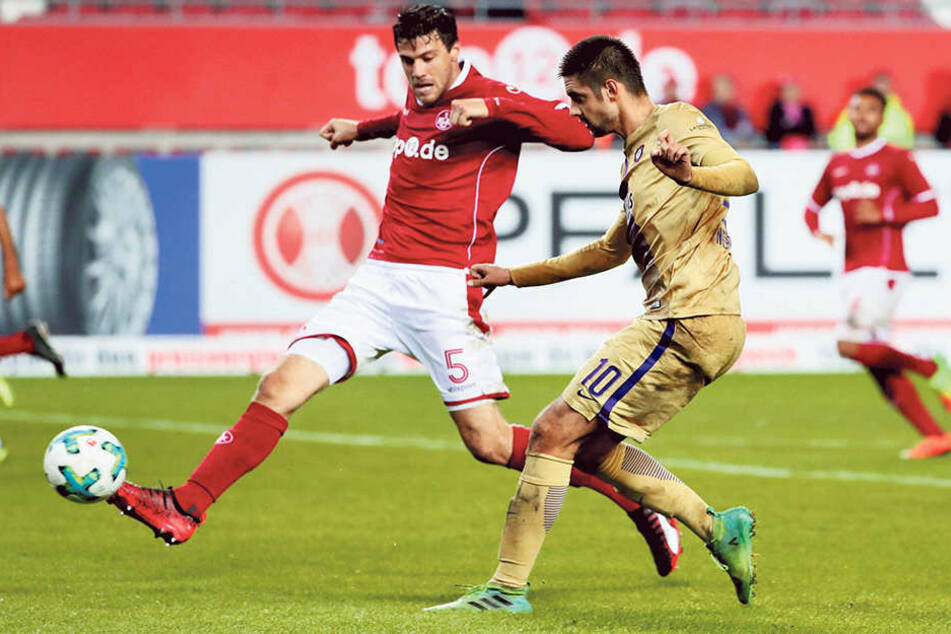 Am 19. September gewann Dimitrij Nazarov (vorn) mit Aue in Kaiserslautern 2:0. Jetzt kehrt er mit der Nationalmannschaft Aserbaidschans zurück.