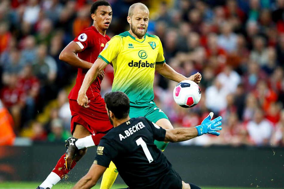 Teemu Pukki (M.) mal ganz menschlich: Hier scheitert der sonst so eiskalte Torjäger an Liverpool-Keeper Alisson Becker.