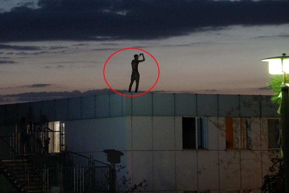Ein Mann drohte, sich vom Dach eines Asylheims zu stürzen.