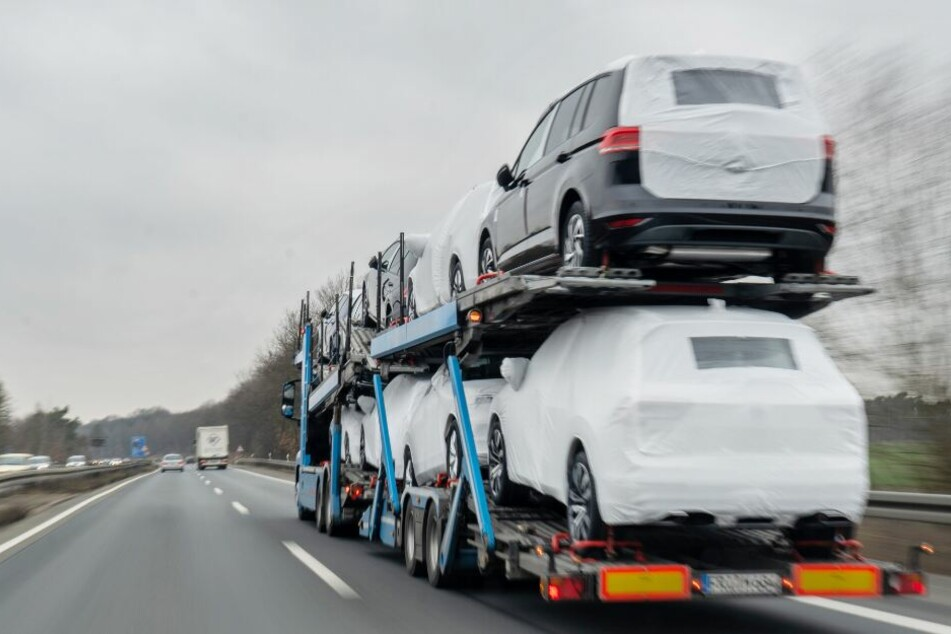 Mitten auf der Autobahn kippte der Transporter um. (Symbolbild)