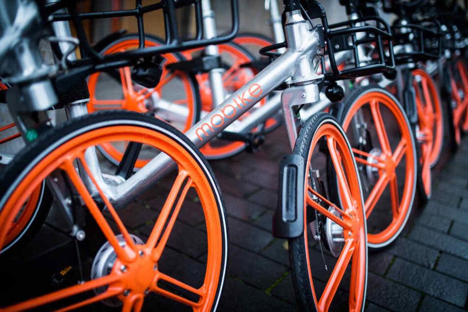 Fahrräder des Fahrradverleiher Mobike.
