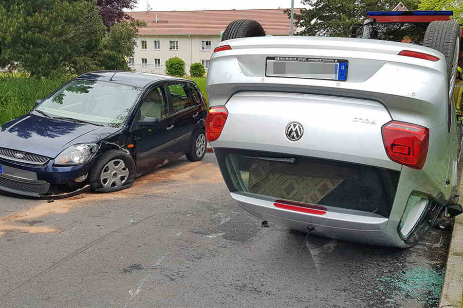 Der VW landete auf dem Dach, dem Ford platzte der linke Vorderreifen.