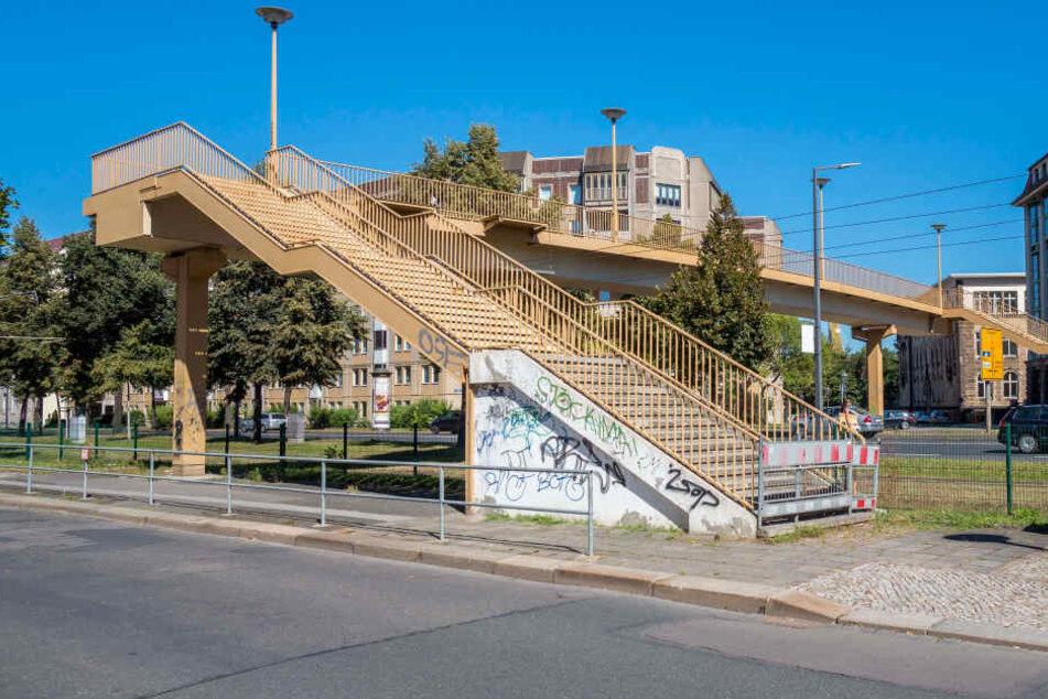 Ab Oktober soll die Fußgängerbrücke über die Albertstraße abgerissen  werden.