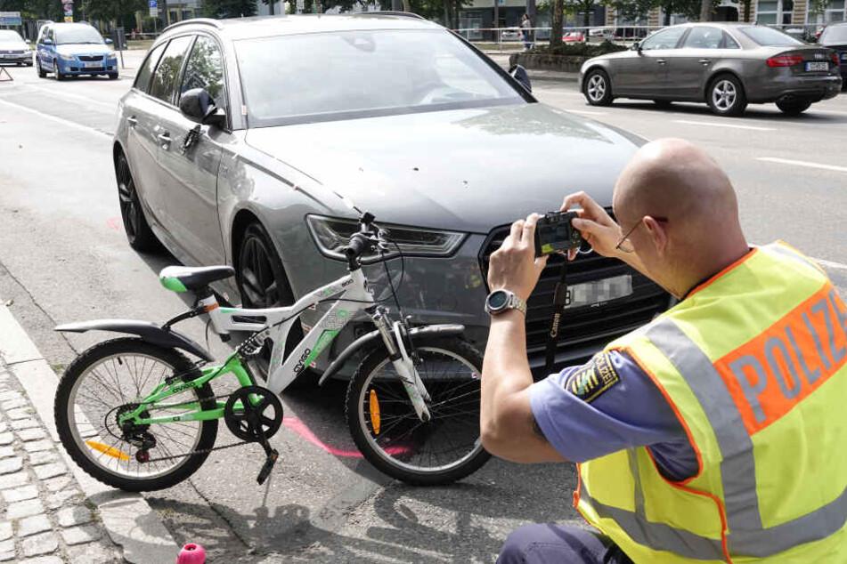 Ein Mädchen wollte die Straße mit dem Fahrrad überqueren, als sie mit einem Audi kollidierte.
