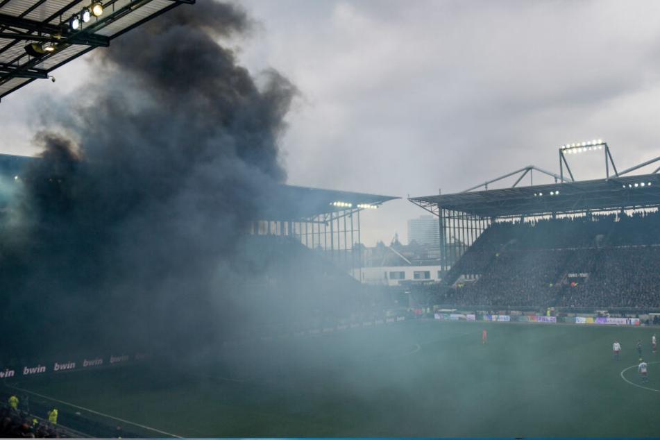 Schwarzer Rauch zog zwischenzeitlich durch das Millerntor-Stadion.