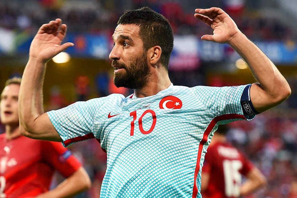 Arda Turan, hier im Trikot der türkischen Nationalmannschaft, muss eine lange Zeit ohne Fußball auskommen.