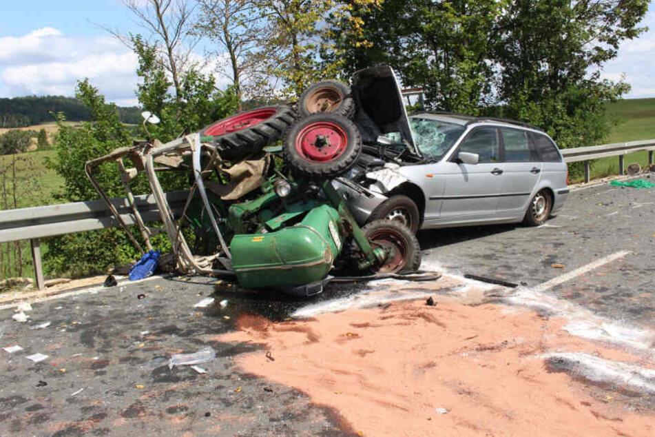 Die BMW-Fahrerin fuhr auf das Traktor-Gespann auf, woraufhin dieses umkippte.