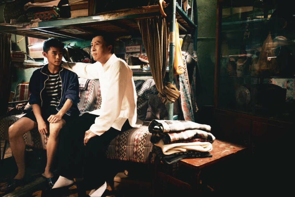 Ip Man (r., Donnie Yen) umarmt seinen pubertierenden Sohn Ip Ching (Jim Liu).