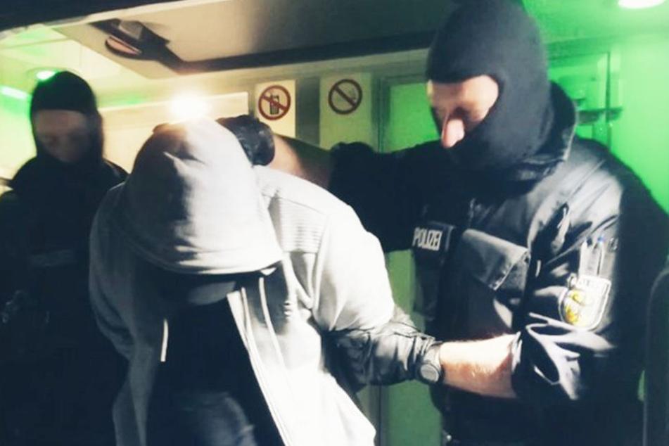 In Hamburg nahm die Bundespolizei drei mutmaßliche Haupttäter fest.