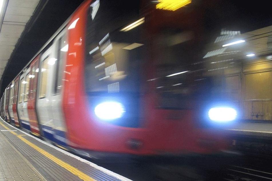 Unglaublicher Unfall: Dreiköpfige Familie stürzt in London vor einfahrende U-Bahn