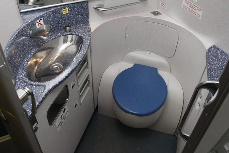 Die Toilette explodierte nach Angaben der Frau direkt vor ihr, sodass sie mit allerlei ekligen Dingen bespritzt wurde. (Symbolbild)